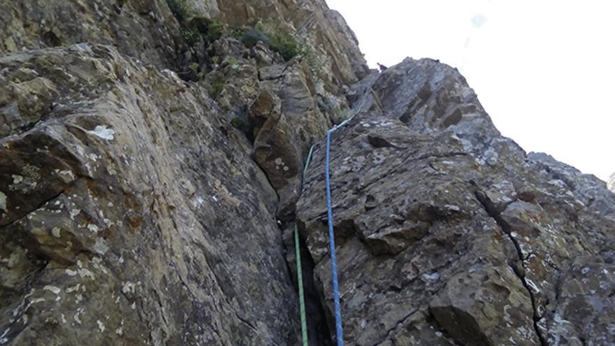 Escalada de montaña y aventura que recuerda a Ordesa en casi todos sus largos.