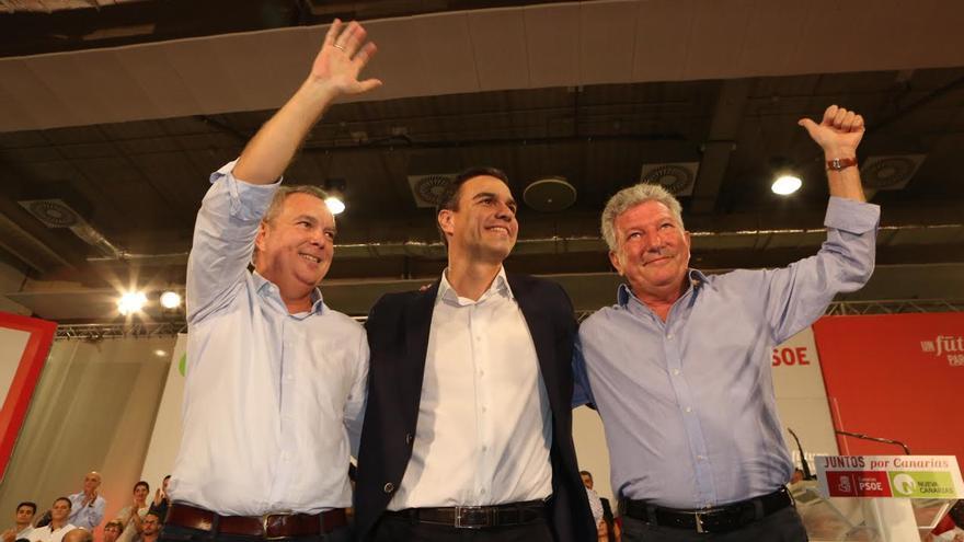 Pedro Sánchez, flanqueado por Sebastián Franquis y Pedro Quevedo. (ALEJANDRO RAMOS)