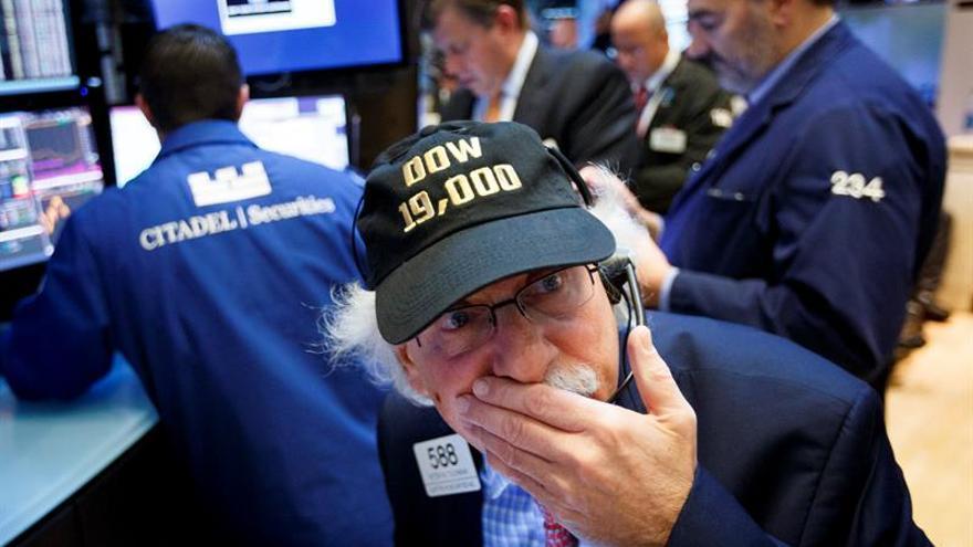 """El agente de bolsa Peter Tuchman, que lleva una gorra en la que se lee """"DOW 19,000"""", realiza su trabajo en el parqué de Nueva York, Estados Unidos."""