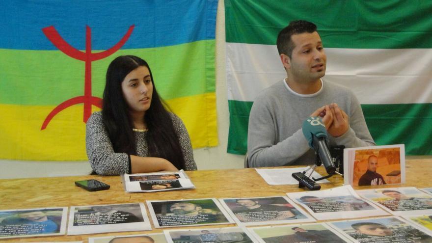 Reda Benzaza, a la derecha, durante la presentación de la propuesta de declaración institucional