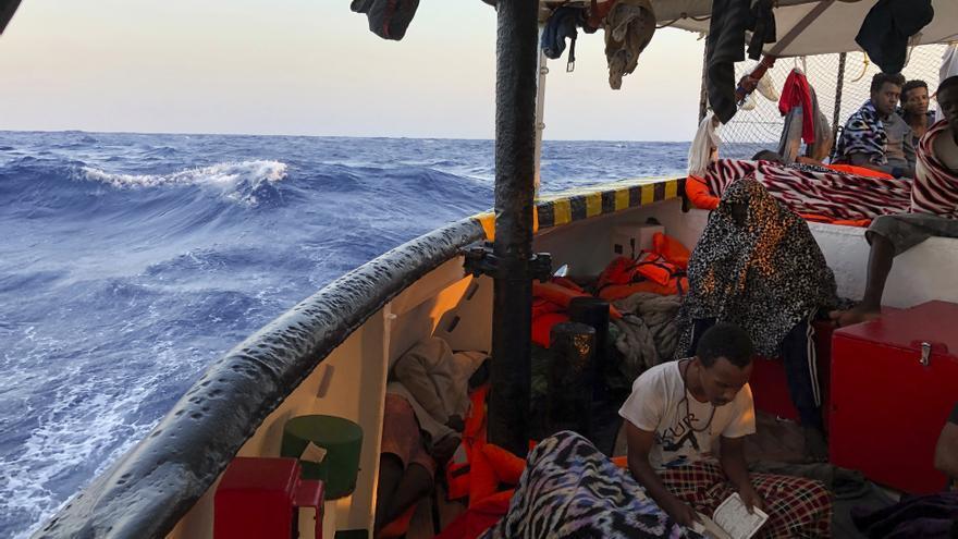 Una persona migrante a bordo del Open Arms.