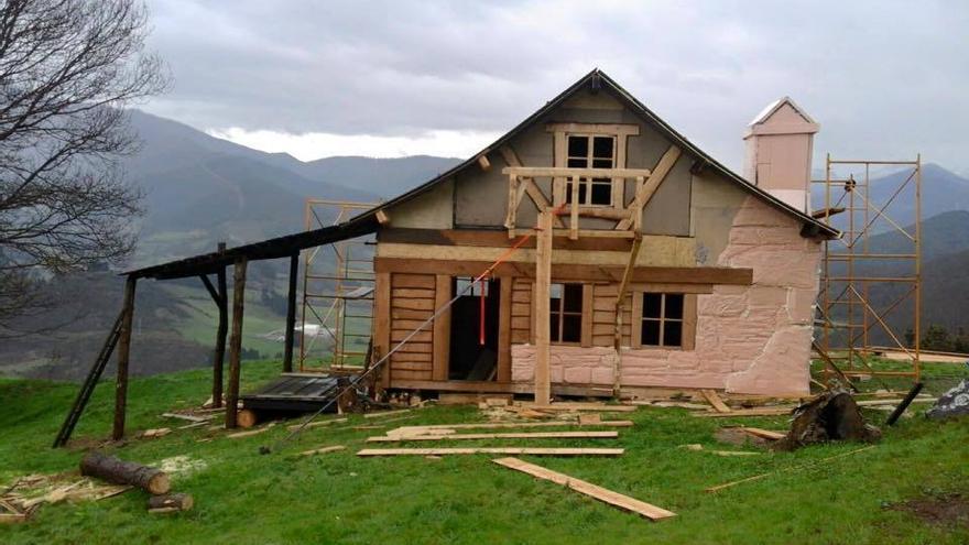 Reproducción de la casa del abuelo de Heidi, en Pendes.