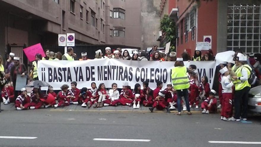 Protesta del CEIP Boliche frente a la Dirección Territorial de Educación en Las Palmas de Gran Canaria.