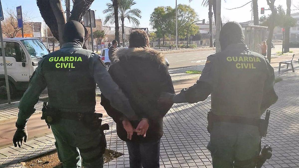Un detenido en la operación de la Guardia Civil.