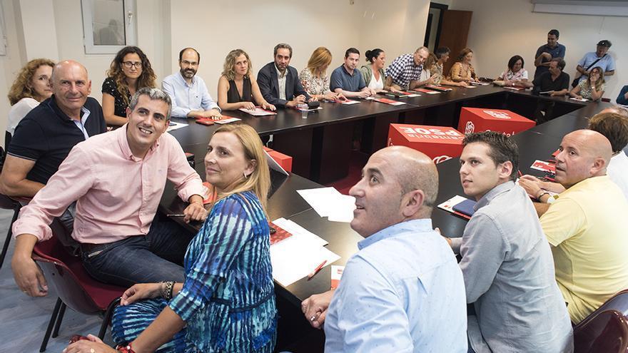 Zuloaga, con camisa rosa, presidiendo la primera reunión de la Ejecutiva del PSOE. | J.G. SASTRE - Archivo