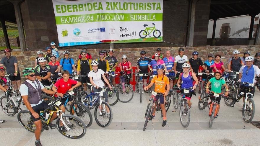 Ederbidea reúne a aficionados a la bici en la Vía Verde del Bidasoa en una marcha por la movilidad sostenible