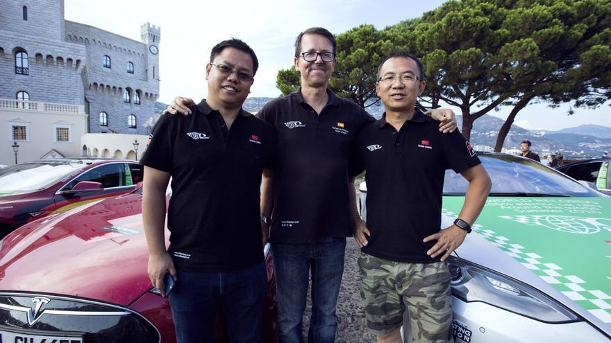 Rafael de Mestre, en el centro, es el español que ha dado la vuelta al mundo en 80 días con un Tesla