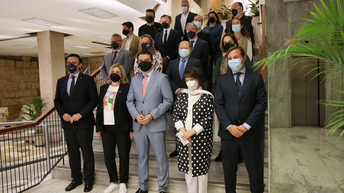 Integrantes de la comisión política y social sobre la base logística del Ejército de Tierra, en el Ayuntamiento.