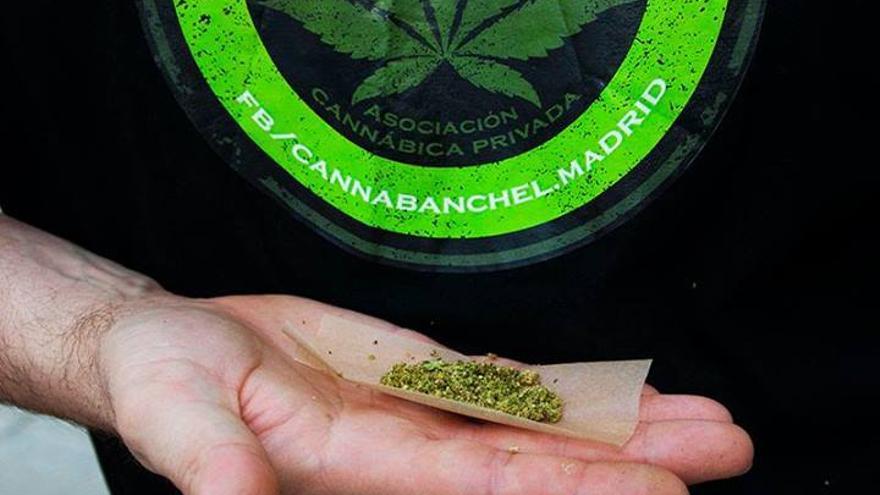 Socio del club de consumo Cannabanchel haciendo un cigarro con marihuana.