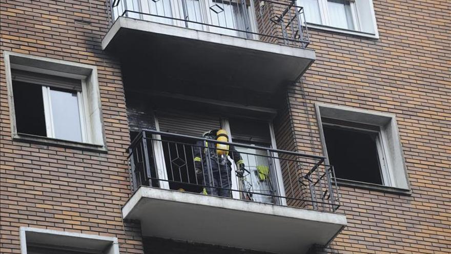 Ocho intoxicados por humo, incluido un bebé, en un incendio en Bilbao