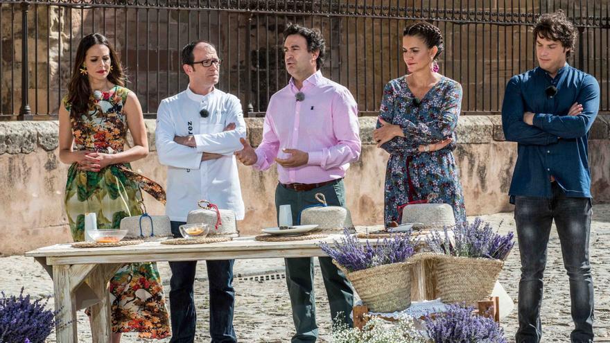 Los jueces de MasterChef junto a la presentadora, Eva González y el chef seguntino Enrique Pérez
