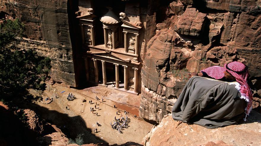 El Tesoro desde las alturas. Una de las imágenes paradigmáticas de Petra. Roderick Eime (CC)
