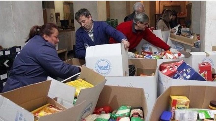 Operarios del Banco de Alimentos de Cáceres recogen un cargamento de donaciones.