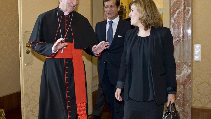 Soraya Saénz de Santamaría con el secretario de Estado de la Santa Sede