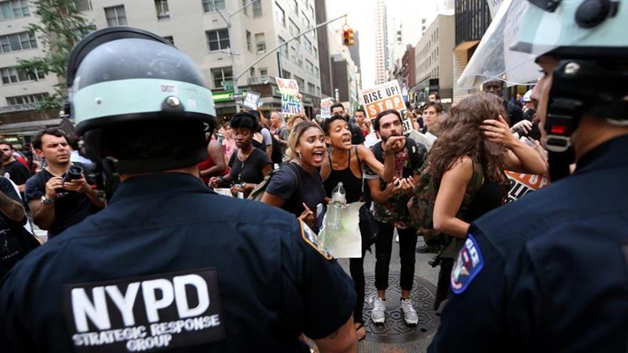 Un policía exonerado por la muerte a tiros de un afroamericano en Nueva York
