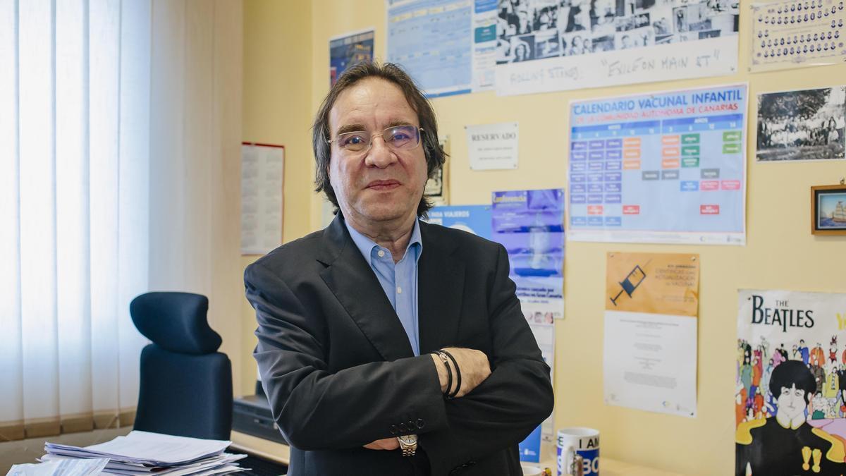 Amós García Rojas en su despacho