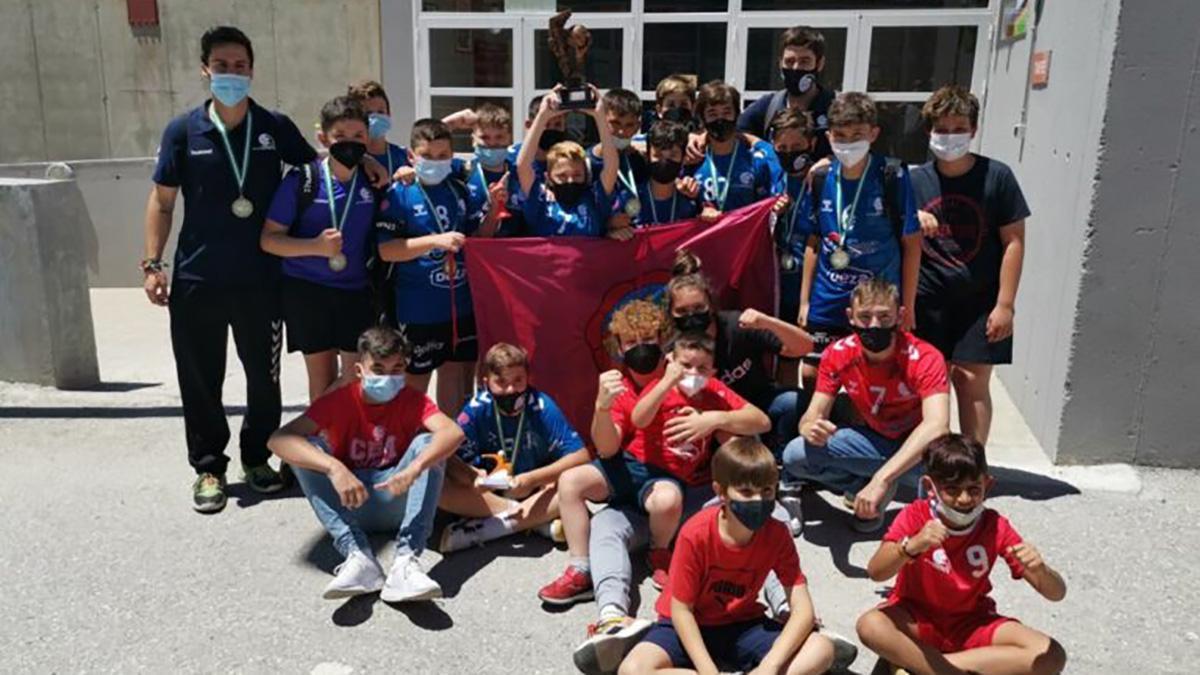 Equipo del Cunext CBM celebrando el bronce