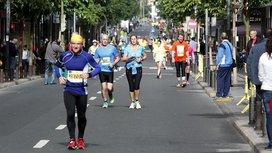 Varios atletas participan en la quinta edición del DISA Gran Canaria Maratón, competición que apadrinó el etíope Haile Gebrselassie y que contó con más de 10.000 participantes entre las diferentes pruebas realizadas entre ayer y hoy. EFE/Elvira Urquijo A.