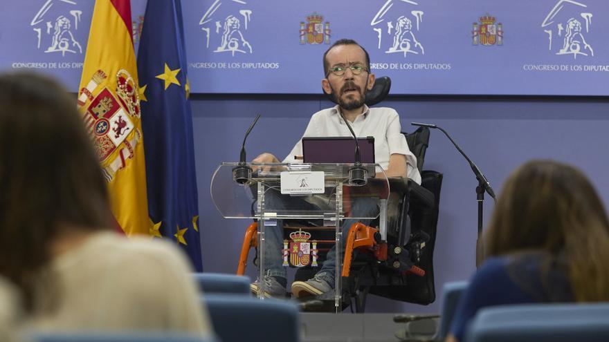 El portavoz de Unidas Podemos en el Congreso, Pablo Echenique, interviene en una rueda de prensa anterior a una Junta de Portavoces, a 8 de junio de 2021, en la Sala Constitucional del Congreso de los Diputados, Madrid, (España).