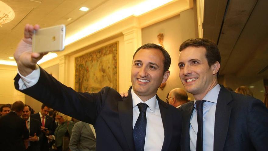 César Sánchez junto a Pablo Casado