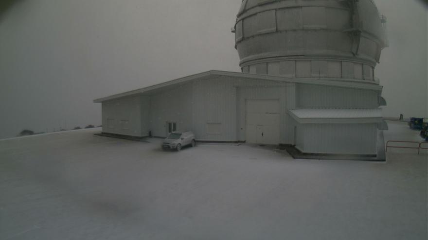 Imagen del exterior del Gran Telescopio de Canarias, este vienes, con nieve. Foto captada del webcam del GTC.