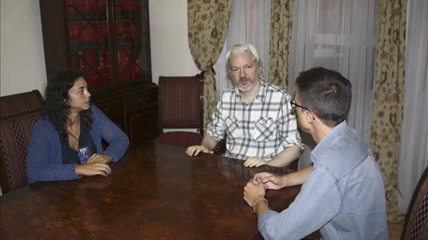 """Podemos denuncia en Londres la """"terrible persecución"""" que sufre Assange"""