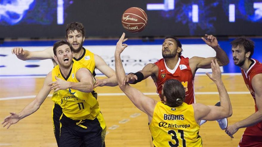 El alero dominicano de UCAM Murcia Sadiel Rojas (2d) intenta controlar el balón ante el pívot de Iberostar Tenerife Georgios Bogris (3i) y el ala-pívot irlandés Will Hanley (i). EFE/Marcial Guillén
