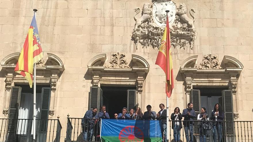 La bandera del pueblo gitano en el Ayuntamiento de Alicante.