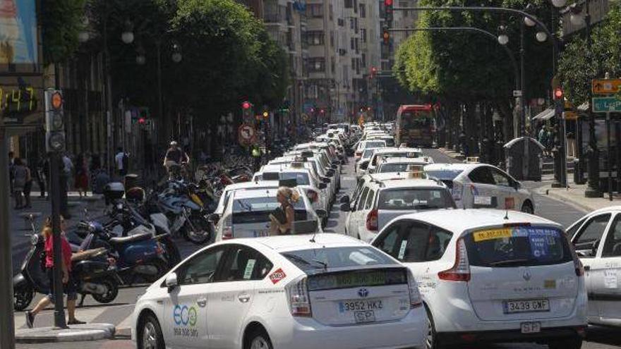 Los taxistas cortan en centro de Valencia tres días durante la huelga del taxi.