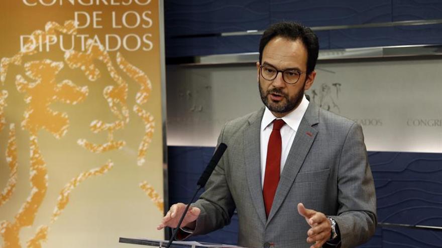 El PSOE pide que Zoido comparezca por las críticas de Cifuentes a la UCO
