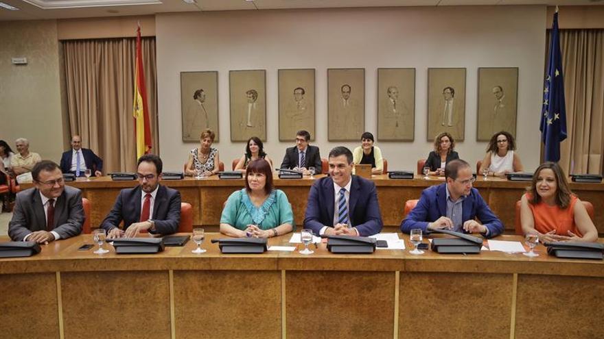 Pedro Sánchez junto a los miembros de su dirección en una reunión de grupo