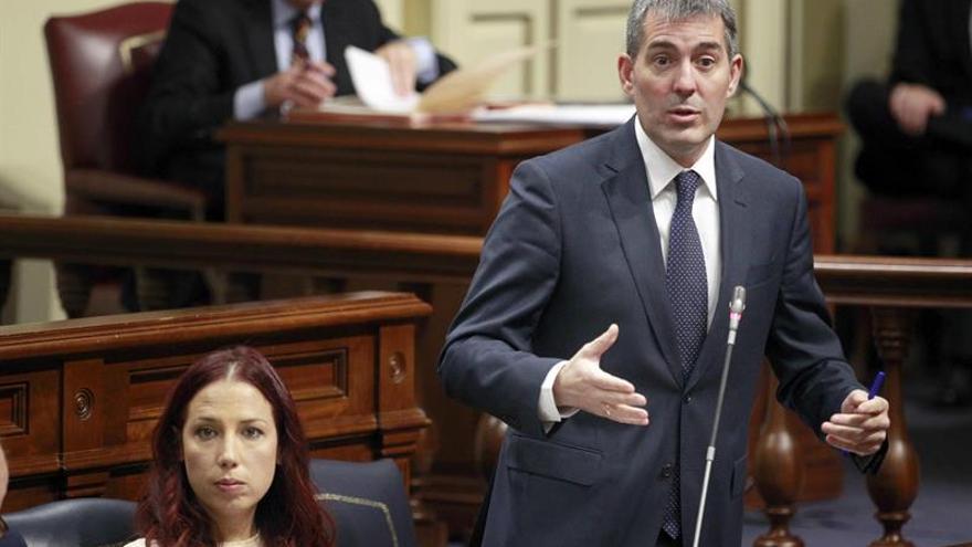 El presidente del Gobierno de Canarias, Fernando Clavijo y la vicepresidenta, Patricia Hernández, en el Pleno del Parlamento canario.