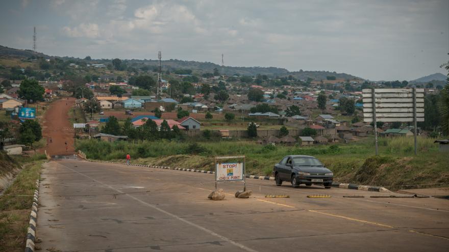 Muchos entraron desde la República Democrática del Congo evitando así una ruta muy peligrosa a través de Sudán del Sur. Son pocos los que llegan a través de los pasos fronterizos oficiales como este en Oraba. Fotografía: Yann Libessart/MSF