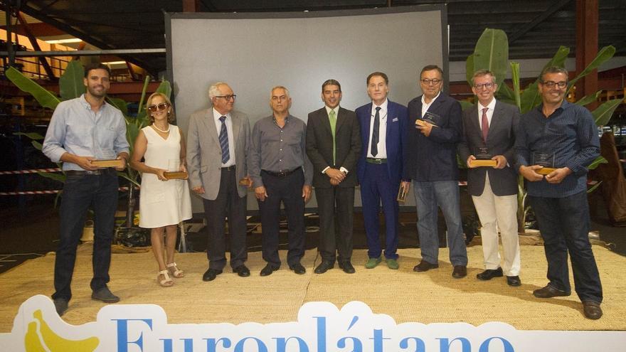 Foto de familia del consejero Quintero con integrantes de Europlátano
