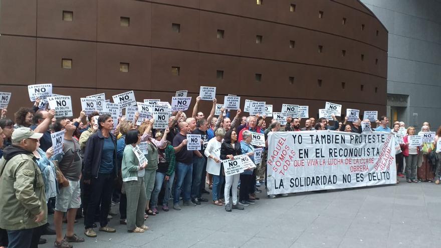 Decenas de personas acompañan con una concentración a los once manifestantes imputados por una protesta en el Hotel Reconquista de Oviedo en el día del juicio, este lunes 16 de septiembre.