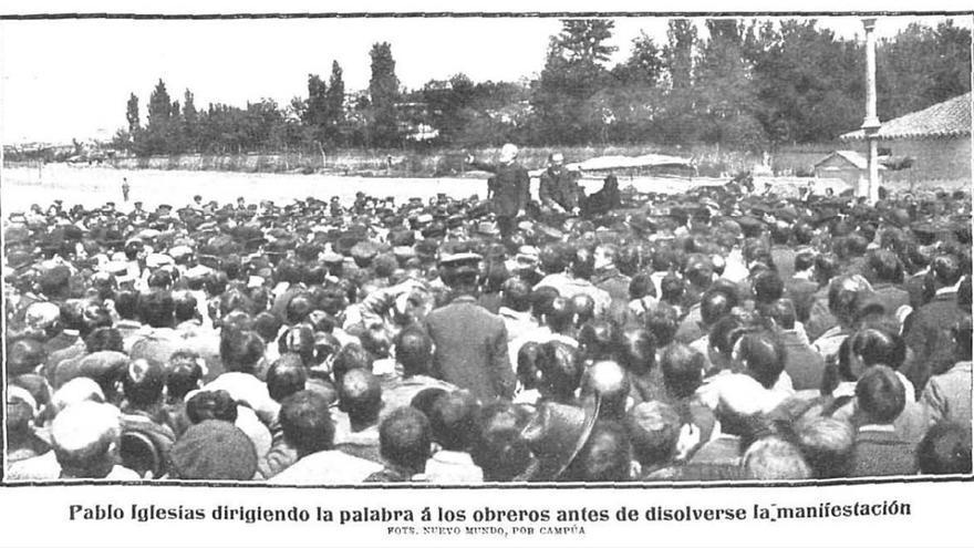 Pablo Iglesias dirigiendo la palabra a unos obreros en abril de 1905