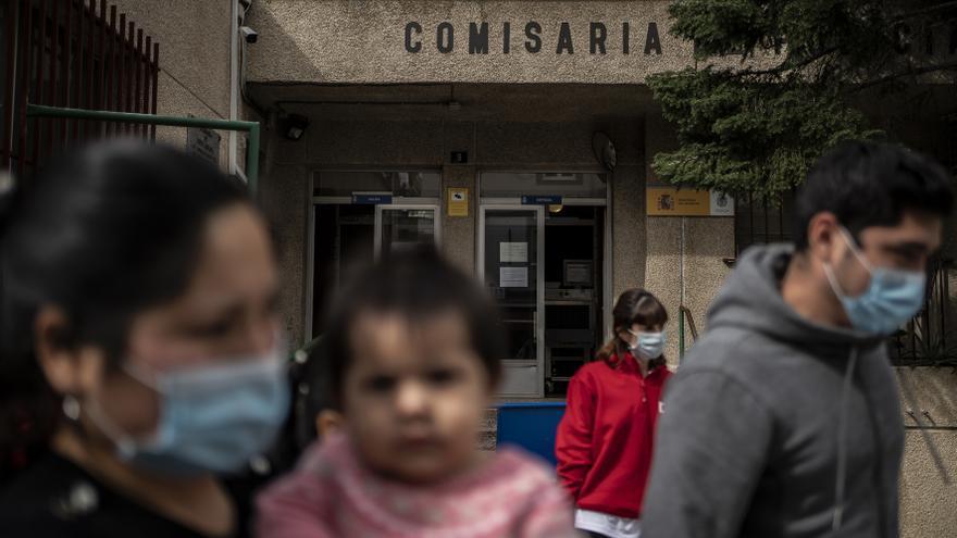 La familia sale de la comisaría de Fuenlabrada, una vez que la unidad de respuesta social de Cruz Roja la recoge para llevarla a algún recurso de acogida.