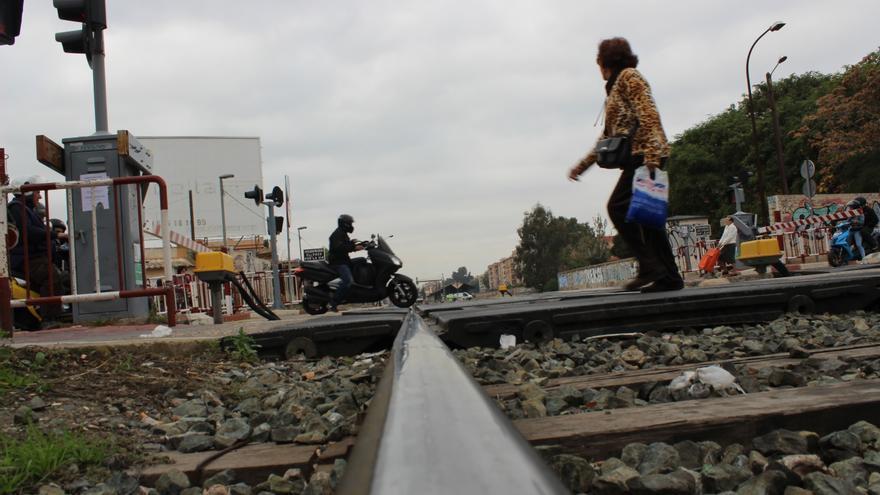 Los ciudadanos cansados de esperar, a veces cruzan con la barrera bajada / PSS