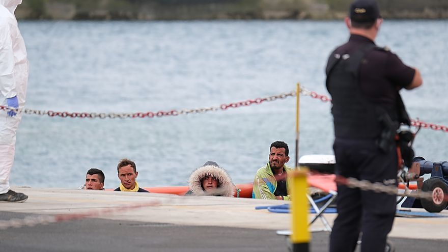 Cuatro migrantes a su llegada a su llegada al Puerto del Rosario tras haber sido rescatados de una patera