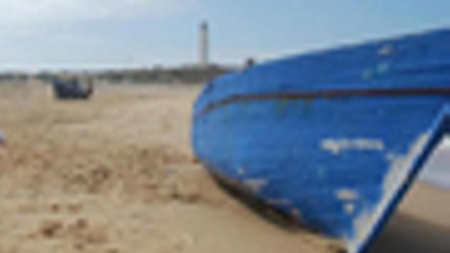 Patera en una playa