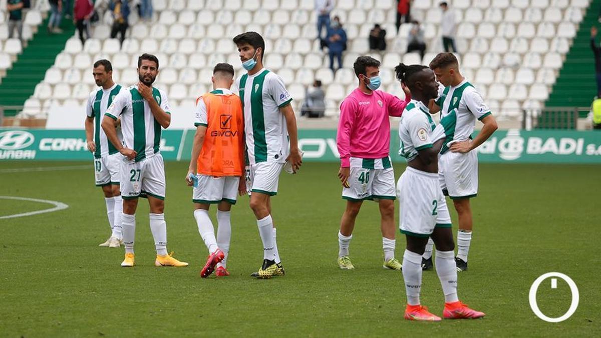 Jugadores del Córdoba tras confirmar la caída a Segunda RFEF