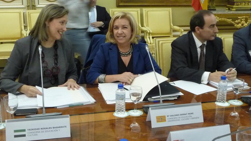En el centro, la anterior consejera de Educación, Dolores Serrat. Foto: Aragón hoy
