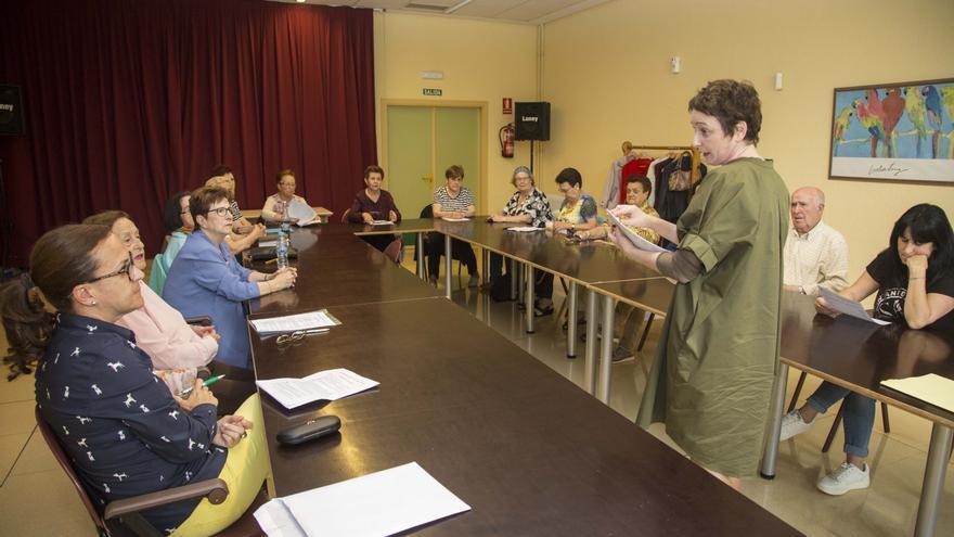 Los Grupos de Ayuda Mutua se reúnen en el Centro Social de Mayores de Camargo. | Alberto G. Ibañez