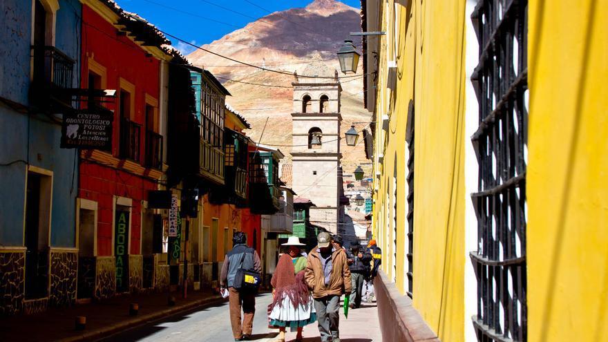 Calles del centro colonial de Potosí con el Cerro Rico de fondo. VIAJAR AHORA
