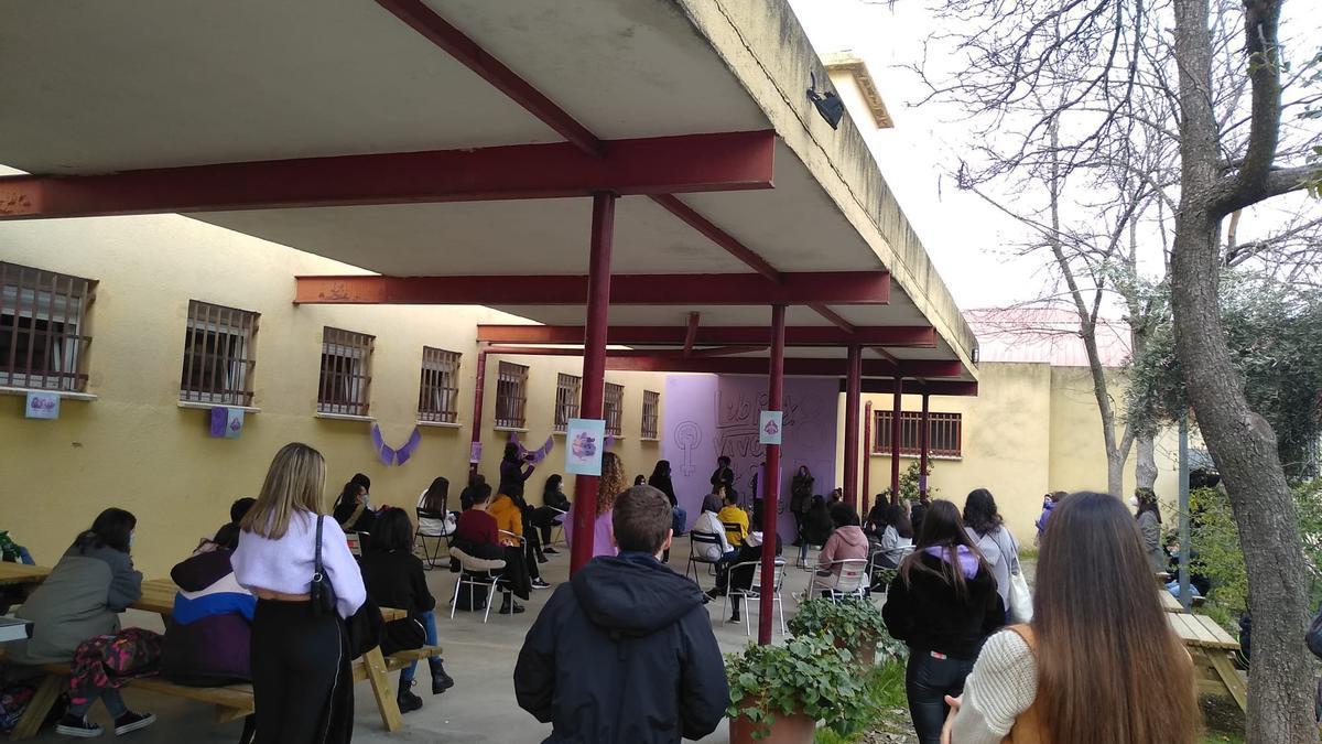 Asamblea alternativa organizada por alumnas y profesoras tras el veto a la reunión con la ministra de Igualdad, Irene Montero.
