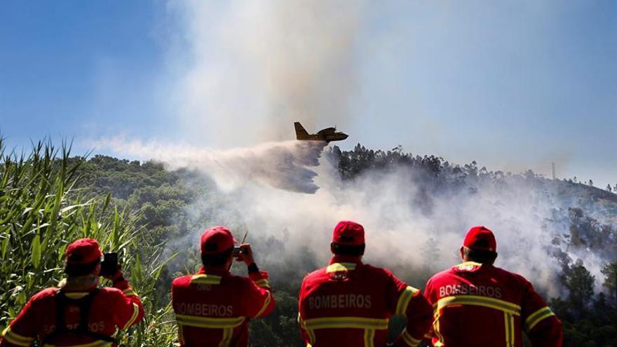 Sigue activo un gran fuego en el Algarve que moviliza a más de 600 bomberos