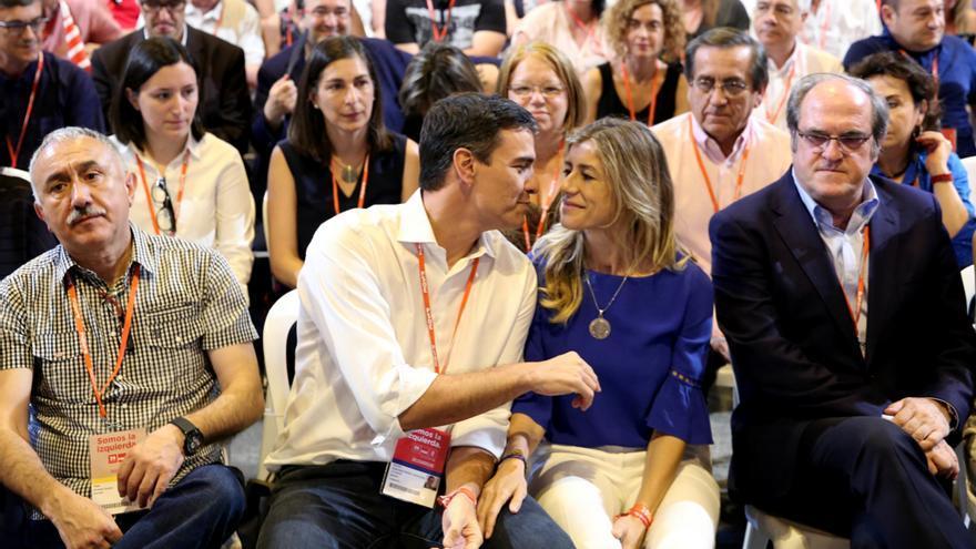 Pedro Sánchez con su esposa, Begoña Gómez, en la clausura del congreso del PSOE