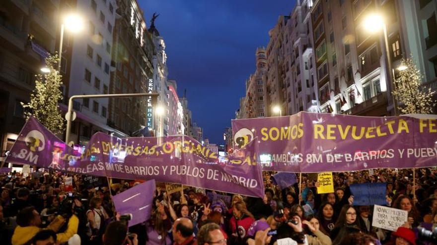 """Participantes en la manifestación del 8M de Madrid, conmemorando el Día Internacional de la Mujer, que ha arrancado este domingo desde Atocha con miles de personas abrazando el lema de su cabecera: """"Con derechos, sin barreras, feministas sin fronteras""""."""
