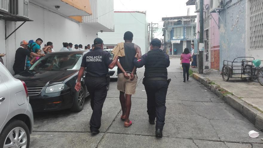 Momento en el que David, un migrante hondureño es detenido en Tenosique, México