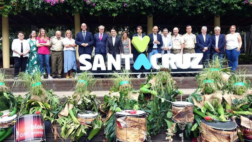 Foto de familia tras dar cuenta del programa de 2018 de 'Plenilunio', en el parque García Sanabria